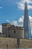 LONDON ENGLAND - JUNI 15 2016: Panorama med tornet av London och skärvan, London, England Royaltyfria Bilder