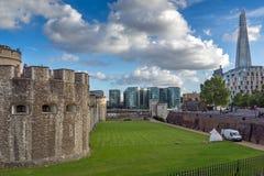 LONDON ENGLAND - JUNI 15 2016: Panorama med tornet av London och skärvan, London, England Arkivbilder