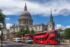 LONDON, ENGLAND - 15. JUNI 2016: Panorama von St. Paul Cathedral und rote Busse in London Lizenzfreies Stockbild