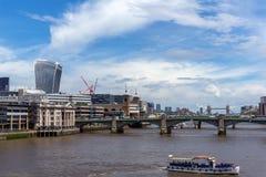 LONDON ENGLAND - JUNI 15 2016: Panoramautsikt av Thames River i stad av London, England Arkivbild