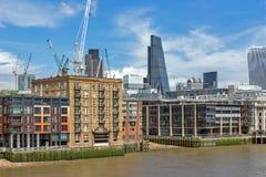 LONDON ENGLAND - JUNI 15 2016: Panoramautsikt av Thames River i stad av London, England Royaltyfri Bild