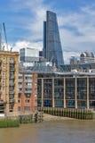 LONDON ENGLAND - JUNI 15 2016: Panoramautsikt av Thames River i stad av London, England Arkivfoto
