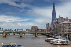LONDON ENGLAND - JUNI 15 2016: Panoramautsikt av Thames River i stad av London, England Royaltyfria Foton
