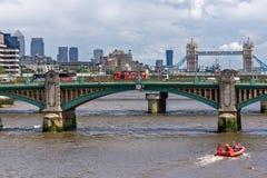 LONDON ENGLAND - JUNI 15 2016: Panoramautsikt av Thames River i stad av London, England Arkivbilder