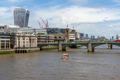 LONDON ENGLAND - JUNI 15 2016: Panoramautsikt av Thames River i stad av London, England Royaltyfri Foto