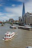 LONDON ENGLAND - JUNI 15 2016: Panoramautsikt av Thames River i stad av London, England Fotografering för Bildbyråer