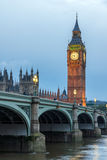 LONDON, ENGLAND - 16. JUNI 2016: Parlamentsgebäude mit Big Ben- und Westminster-Brücke, London, England Lizenzfreie Stockfotografie