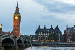 LONDON, ENGLAND - 16. JUNI 2016: Parlamentsgebäude mit Big Ben- und Westminster-Brücke, London, England Stockfotos