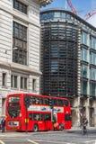 LONDON ENGLAND - JUNI 15 2016: Röd buss för fantastisk sikt i stad av London, England Arkivfoto