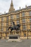 LONDON ENGLAND - JUNI 19 2016 Richard I monument framme av hus av parlamentet, London, England Arkivbilder