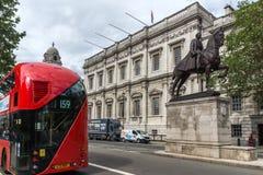 LONDON, ENGLAND - 16. JUNI 2016: Rote buson Whitehall-Straße, London, England, Großbritannien Stockbild