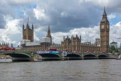 LONDON, ENGLAND - 15. JUNI 2016: Rote Busse auf Westminster-Brücke und Big Ben, London, Vereinigtes Königreich Stockfotografie