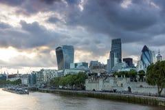 LONDON ENGLAND - JUNI 15 2016: Solnedgånghorisont av London från tornbron, England Arkivfoton