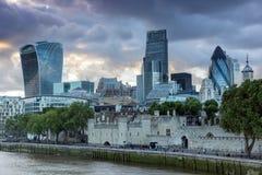 LONDON ENGLAND - JUNI 15 2016: Solnedgånghorisont av London från tornbron, England Royaltyfria Bilder