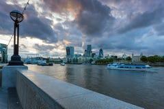 LONDON ENGLAND - JUNI 15 2016: Solnedgånghorisont av London från tornbron, England Arkivbild