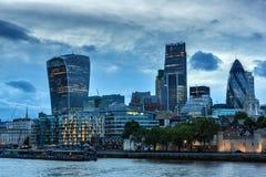LONDON ENGLAND - JUNI 15 2016: Solnedgånghorisont av London från tornbron, England Royaltyfri Bild