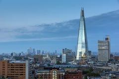 LONDON ENGLAND - JUNI 18 2016: Solnedgångpanorama av skärvan och staden av London och Thames River, England Arkivbild