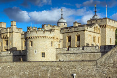 LONDON ENGLAND - JUNI 15 2016: Solnedgångsikt av det historiska tornet av London, England Fotografering för Bildbyråer