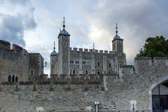 LONDON ENGLAND - JUNI 15 2016: Solnedgångsikt av det historiska tornet av London, England Arkivbilder
