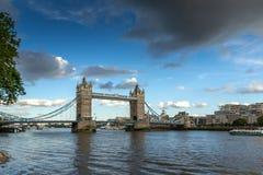LONDON ENGLAND - JUNI 15 2016: Solnedgångsikt av tornbron i London, England Royaltyfria Foton
