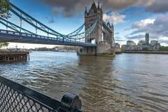 LONDON ENGLAND - JUNI 15 2016: Solnedgångsikt av tornbron i London, England Arkivbilder
