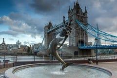 LONDON ENGLAND - JUNI 15 2016: Solnedgångsikt av tornbron i London, England Royaltyfri Fotografi