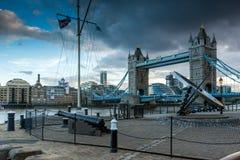 LONDON ENGLAND - JUNI 15 2016: Solnedgångsikt av tornbron i London, England Arkivbild