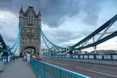 LONDON ENGLAND - JUNI 15 2016: Solnedgångsikt av tornbron i London, England Arkivfoto