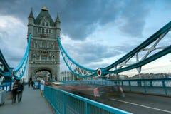 LONDON ENGLAND - JUNI 15 2016: Solnedgångsikt av tornbron i London, England Arkivfoton