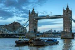 LONDON ENGLAND - JUNI 15 2016: Solnedgångsikt av tornbron i London, England Royaltyfria Bilder