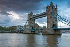 LONDON ENGLAND - JUNI 15 2016: Solnedgångsikt av tornbron i London, England Royaltyfri Foto