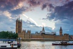 LONDON ENGLAND - JUNI 16 2016: Solnedgångsikt av hus av parlamentet, Westminster slott, London, Storbritannien Royaltyfri Foto