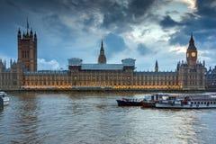LONDON ENGLAND - JUNI 16 2016: Solnedgångsikt av hus av parlamentet, Westminster slott, London, Storbritannien Royaltyfria Foton