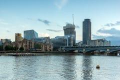 LONDON, ENGLAND - 17. JUNI 2016: Sonnenuntergang-Foto von der Themse und von Wolkenkratzern, London Stockfotografie