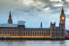 LONDON, ENGLAND - 16. JUNI 2016: Sonnenuntergangansicht von Parlamentsgebäuden, Westminster-Palast, London, England Stockfotos