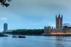 LONDON, ENGLAND - 16. JUNI 2016: Sonnenuntergangansicht von Parlamentsgebäuden, Westminster-Palast, London, Großbritannien Stockfotografie