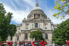 LONDON, ENGLAND - 15. JUNI 2016: St. Paul Cathedral und rote Busse in London Stockbild