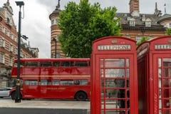 LONDON, ENGLAND - 16. JUNI 2016: Telefonzelle und roter Bus auf Westminster, London, England Stockbild