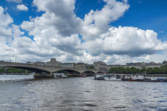 LONDON ENGLAND - JUNI 15 2016: Waterloo bro och Thames River, London, England Royaltyfri Foto