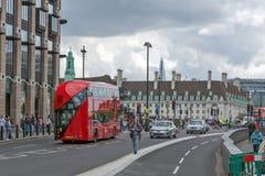 LONDON ENGLAND - JUNI 15 2016: Westminster bro och röd buss, London, England Fotografering för Bildbyråer