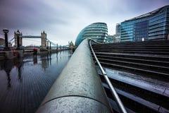 London England - mörk regnig dag i mitten av London med kontorsbyggnader och tornbron Arkivfoto