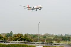 LONDON ENGLAND - SEPTEMBER 27, 2017: Air India flygbolagBoeing 787 VT-ANA landning i London Heathrow den internationella flygplat arkivfoto