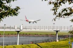 LONDON ENGLAND - SEPTEMBER 27, 2017: American Airlines Boeing 777 N728AN landning i London Heathrow den internationella flygplats Royaltyfri Foto