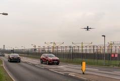 LONDON ENGLAND - SEPTEMBER 25, 2017: British Airways flygbolag Boeing 787 Dreamliner G-ZBKF som tar av i London Heathrow Internat Royaltyfria Bilder