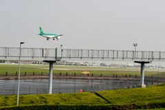 LONDON, ENGLAND - 27. SEPTEMBER 2017: Landung Aer Lingus-Fluglinien-Airbusses A320 EI-DEB in internationalem Flughafen Londons He Stockbild