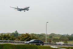 LONDON, ENGLAND - 27. SEPTEMBER 2017: Landung Aeroflot-Fluglinien-Airbusses A330 VQ-BNS in internationalem Flughafen Londons Heat Lizenzfreie Stockfotos