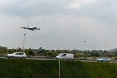 LONDON, ENGLAND - 27. SEPTEMBER 2017: Landung British Airways-Fluglinien-Airbusses A380 G-XLEC in internationalem Flughafen Londo Lizenzfreies Stockfoto