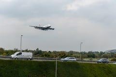 LONDON, ENGLAND - 27. SEPTEMBER 2017: Landung British Airways-Fluglinien-Airbusses A380 G-XLEC in internationalem Flughafen Londo Lizenzfreies Stockbild