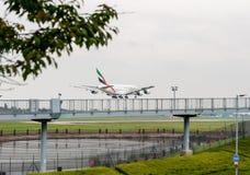 LONDON, ENGLAND - 27. SEPTEMBER 2017: Landung Emirat-Fluglinien-Airbusses A380 A6-EEJ in internationalem Flughafen Londons Heathr Lizenzfreie Stockfotografie