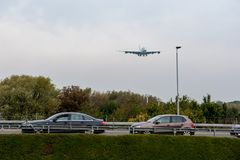 LONDON, ENGLAND - 27. SEPTEMBER 2017: Landung Korean Air-Fluglinien-Airbusses A380 HL7627 in internationalem Flughafen Londons He Lizenzfreie Stockfotografie
